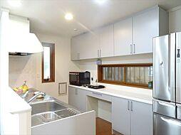 キッチンはカップボード設置済み。調理家電をたくさん置けますね。(2018年9月14日撮影)