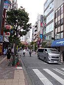 千歳烏山駅前の商店街です。お買い物はここで出来ますね。