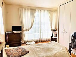 大きな窓で明るい寝室、バルコニーからの風も心地よく吹抜けます。