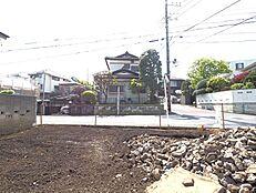 敷地内から西側前面道路に向かって撮影した様子です。陽当たりの良さがお写真から伝わってきます。(平成30年4月9日撮影)