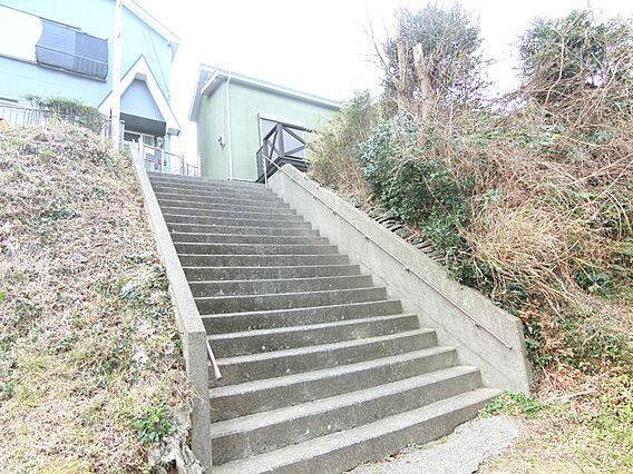 手摺付きの階段...