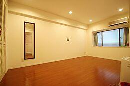 廊下側のベッドルーム。こちらもフローロング変更済みで広く寝室としてご利用頂けます。