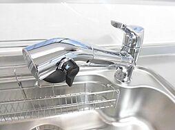 同仕様写真新品交換したシステムキッチンの蛇口は浄水機能付きになっています。綺麗な水で料理をできるのは安心ですね。