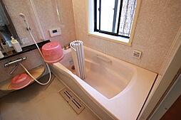 こもりがちな空気が入れ替えできる窓付きの浴室です。足を伸ばしてゆっくり浸かれる浴槽で一日の疲れを癒してください。