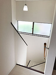 手摺り付き折り返し階段のため、お子様でも安全に上り下り頂けます。
