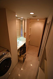 洗面室の奥に収納スペースがあります。また、タオル等を収納するリネン庫もあり、収納豊富な洗面室です。