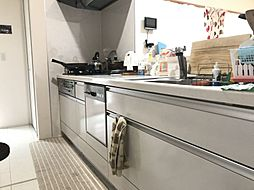 収納スペース・作業スペースが広いシステムキッチンは奥様にうれしいポイント