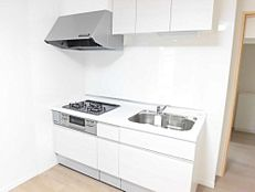キッチンハウステック製幅1800mmのシステムキッチンを新設しました。熱や外力に強く、傷つきにくいアクリル系人工大理石のワークトップは、使い勝手が良いキッチンです。日々のお料理の時間が楽しくなりま