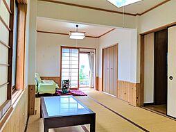 開放的な広々とした和室。イグサの香に包まれる寛ぎの一室。