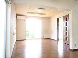 玄関横のリビングになります。床材、壁紙、照明それぞれリフォーム予定です。