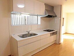 リフォーム済。DK写真です。キッチンは永大製のシステムキッチンに新品交換しました。天井と壁のクロスは張替え、床はフローリングを重ね張りにしました。勝手口は塞ぎ、冷蔵庫を置けるスペースを作りました。