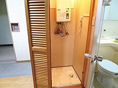 ユニットバスの横に洗濯機置き場が造られています。折れ戸の扉付きですので普段は隠しておけます。
