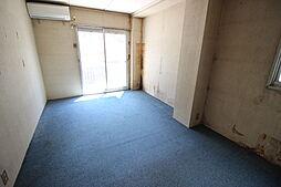 2階洋室バルコニーに出入りができる居室ですエアコンが備わっています