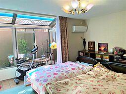 寝室は大き目サイズの寝具も楽々配置できる11.9帖。サンルームでは洗濯物の室内干しも可能です。