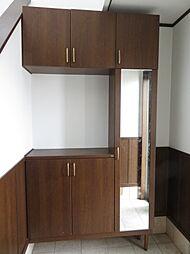 玄関。収納スペースを十分に確保した玄関です。乱雑になりがちな玄関をスッキリ見せることができます。姿見も付いていますので、お出かけ前に身だしなみチェックができるのが良いですね。