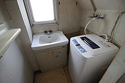 洗面室には洗濯機置き場があります