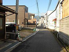 交通量の少ない静かな前面道路です。