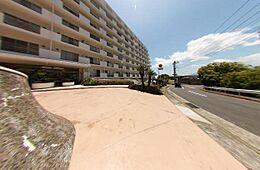きれいな空と道路が前に広がるマンションです。
