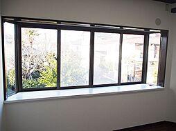 大きな出窓付。