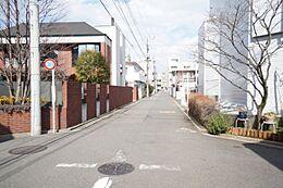 幅5.3mのスッキリとした前面道路がとても気持ちいですね。