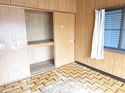 現在リフォーム中。6/23撮影。2階洋室別アングルです。天井・壁のクロスを貼り替え、床はクッションフロアを重ね張りします。収納スペースもあるので、部屋をスッキリ保つことができます。