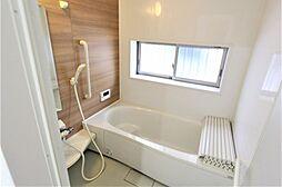 足を延ばしてリラックスできる広い浴室。