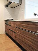 ウッド調のシステムキッチンは人気の対面式オープンカウンターキッチン
