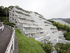 高台に聳えるマンションです。(写真はB棟です。)