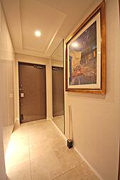 白を基調とした玄関スペース