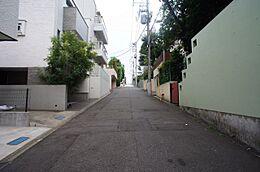 現況写真(古家あり) 大使館も複数立地する治安のよい上大崎エリア。白金や龍穴池田山公園が徒歩圏内にあり、緑が多く、住環境は良好です。
