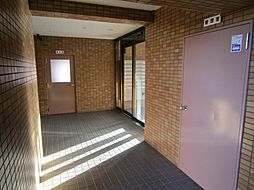 こちらはエントランスホールです。管理が行き届いて、清潔に維持されています。