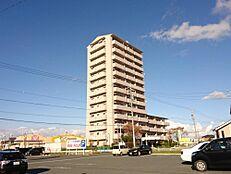 外観写真2階のお部屋です。1キロ圏内にスーパーやコンビニ、小学校があり周辺施設が充実しております。