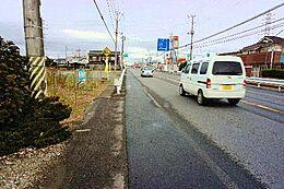 東側の前面道路は幅員約18mございます。