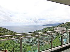 バルコニーからの眺めです。眼下に雄大な相模湾、初島、伊豆の稜線を望みます