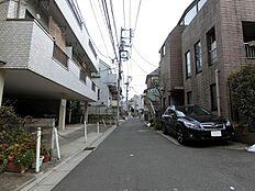 (前面道路に接続する道路) 高層の建築物が少なく閑静な雰囲気の住宅街が広がっております