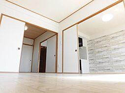 リフォーム済LDK、和室との間仕切りは取り外し可能な引き戸なので、お部屋を大きく使いたいときは戸を外して広間としてお使いいただけます。