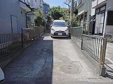 カースペースは間口が3mありますので出入りしやすいです。2台の駐車が縦列で停められます。