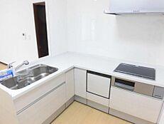 リフォーム済/キッチン広いキッチン室はL型キッチンに交換し、お料理しやすいスペースへリフォームしました。IHクッキングヒーター・食洗器付きです。