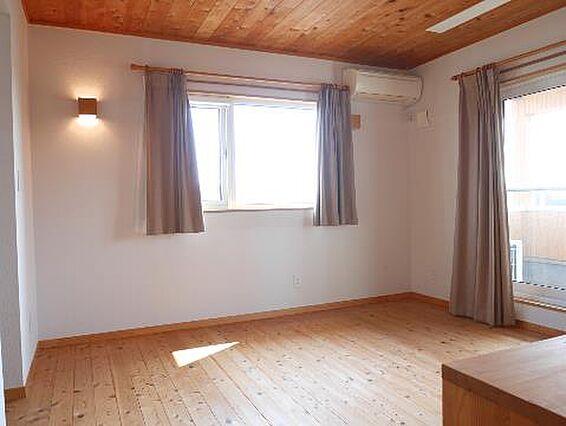 2階の洋室、バ...