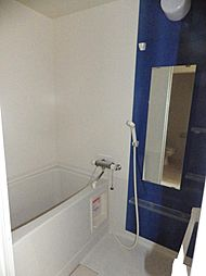 シャワー付バスルーム。ミラーや小物トレイの快適設備です。
