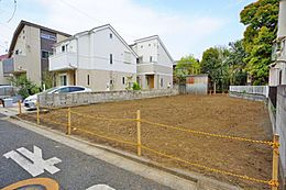 第一種低層住居専用地域ですので落ち着いた住宅が建ち並んでいます。