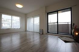 床材と建具はスタイリッシュな印象のカラーで落ち着きある大人の空間を演出