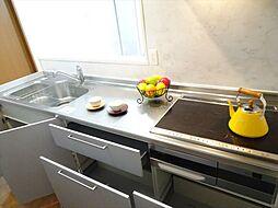 IHのシステムキッチン。シンクとワークトップがステンレスなので丈夫で耐久性に優れています。(2018年9月14日撮影)