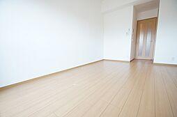 ウイングルートの優しい色合いのフローリングの居室です
