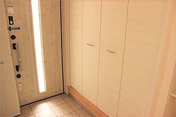白で統一された清潔感のある玄関