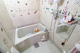 浴槽と洗い場があるバスルームです。