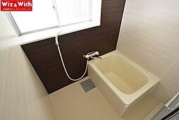 浴室にも大きな窓があり自然換気もできます。