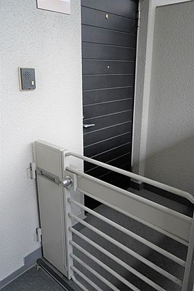 階段は手すり付...