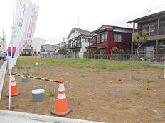 区画整理されたきれいな街並み。全12区画の分譲地内、建築条件無し売地。
