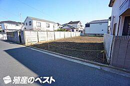 広々とした敷地面積で、ゆとりの車庫やお住まいの間取りプランが可能です。小学校も近く通学も安心です。
